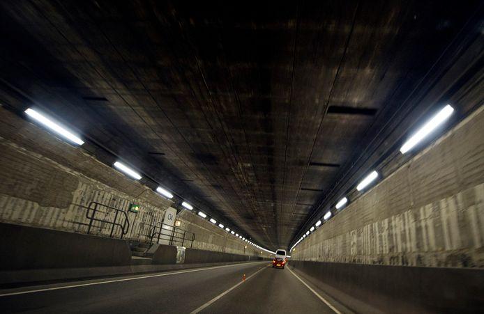 Binnenkort wordt in de IJtunnel (hier te zien) roet van de muur geschraapt voor serviesgoed met Amsterdams fijnstofglazuur.