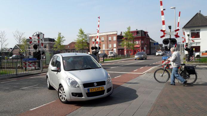 De spoorwegovergang in de Misterweg zou enorm ontlast worden als verderop de Dingstraat wordt doorgetrokken naar de Parallelweg.