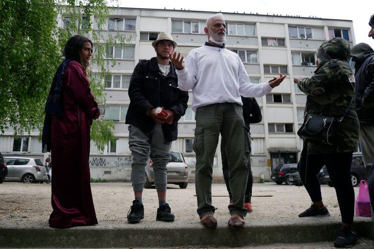 Nourouddine Abdoulhoussen aan het werk in Pierrefitte-sur-Seine. Beeld Thibault Camus / AP