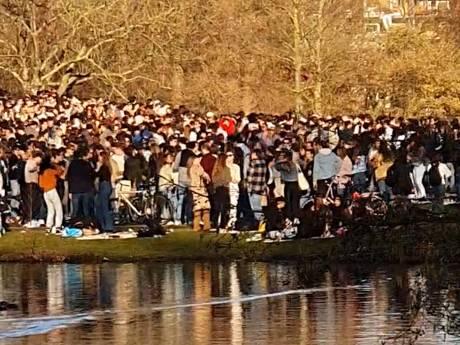 Ontruiming parken vanwege drukte: twee arrestaties in Amsterdam, driehoek bespreekt 'afkoelperiode'