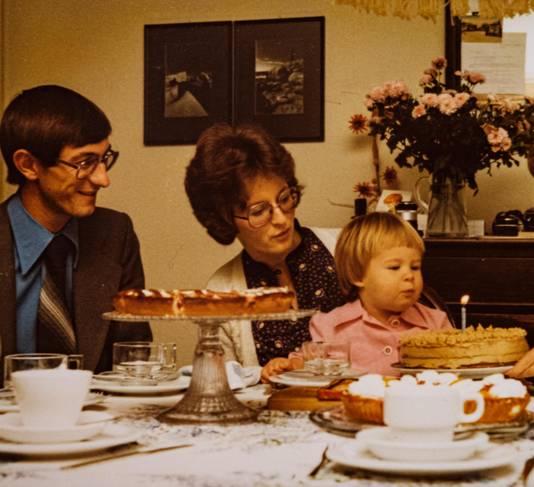 An fête son anniversaire avec ses parents.