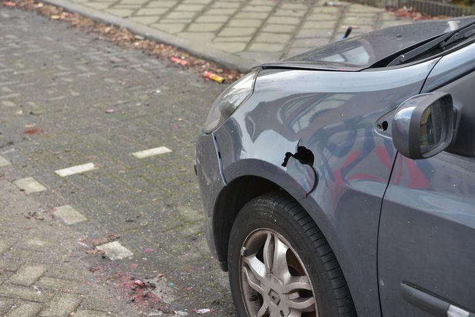Door extreem zwaar vuurwerk raakten verschillende auto's beschadigd en sneuvelden bij vijf huizen de ruiten.