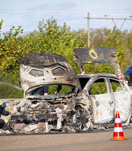 Politie onderzoekt uitgebrande auto bij Zwolle, mogelijk verband met nachtelijke schietpartij