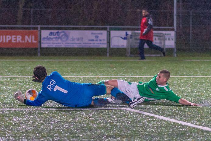 Regelmatig harde duels (om de bal) bij SVHA-SDOO. Hier glijdt Hervelder Mark van Eldik door op de Heterense goalie Pim Boele.