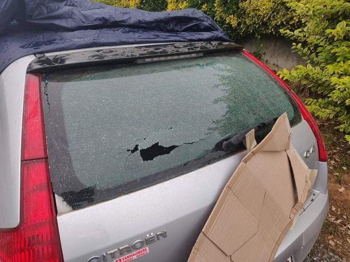 Eén van de bewoners kreeg al een steen in de achterruit van zijn wagen.