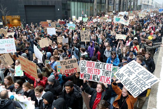 Duizenden Belgische studenten protesteren voor betere klimaatmaatregelen.