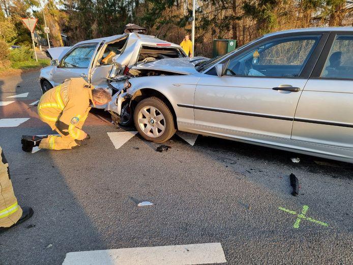 Op de Haaksbergerstraat in Hengelo zijn zondagmiddag drie auto's met elkaar in botsing geraakt. Daarbij raakte zeker één persoon gewond.