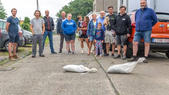 """Bewoners Kleinzand zijn wateroverlast meer dan beu: """"Schrik zit erin bij elke regenbui. Dweilen en aftrekkers staan permanent klaar"""""""