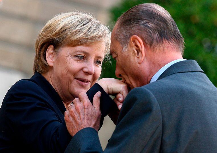 'Rokkenjager' Jacques Chirac kust de hand van Angela Merkel.  Beeld EPA