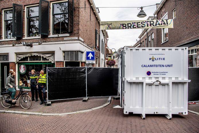 De politie doet onderzoek in de Breestraat na een schietpartij bij de coffeeshop.