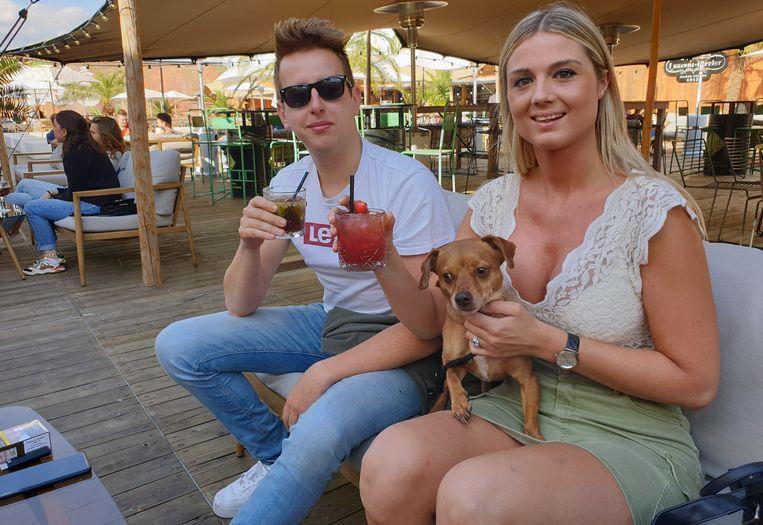 Deze twee gingen volop voor de zomerse sfeer en bestelden een cocktail.