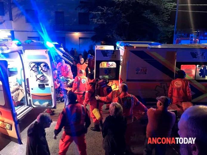 Hulpverleners bekommeren zich om de gewonden bij de disco.