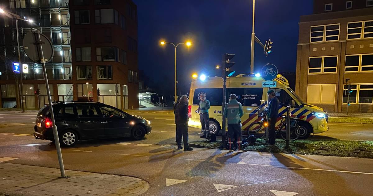Vrouw in Deventer wordt aangereden door auto: 'Stoplichten deden het niet'.
