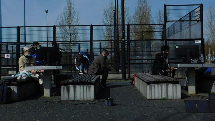 Rotterdammer Virgil Winklaar organiseerde een gametoernooi in de buitenlucht. De stroomvoorziening ging door middel van zonnepanelen.