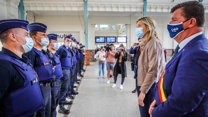 Minister Verlinden overschouwt 'haar' troepen in Oostende: maar zijn ze wel nodig met dit kwakkelweer?