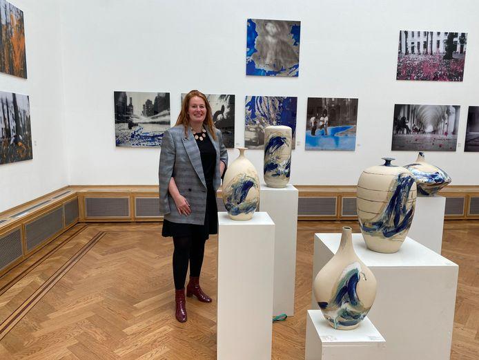Brigitte Spiegeler tussen haar werk in Pulchri.
