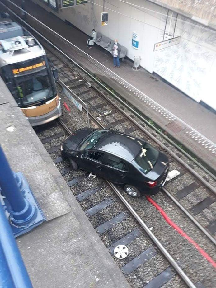 Zwarte wagen rijdt zich vast in tunnel van premetrostation Lemonnier