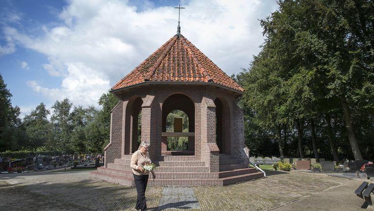 De begraafplaats van Weiteveen is een bedevaartsoord vanwege het kapelletje waarin het tabernakel staat dat in 1925 uit de kerk werd gestolen. Beeld Werry Crone