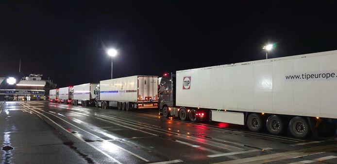 Vrachtwagens van Theunisse Expeditie staan vast in Engeland door de chaos rondom het inreisverbod.