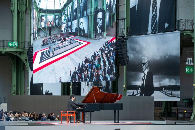 Pianist Lang Lang brengt een hommage aan Karl Lagerfeld.