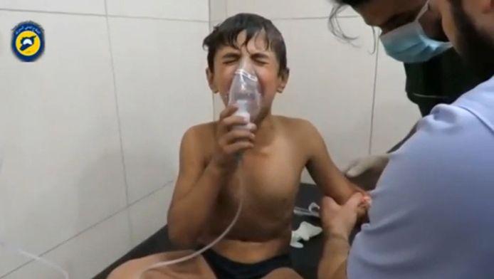 Het Syrische leger zou in Aleppo meerdere luchtbombardementen met chloorgas hebben uitgevoerd. Hier krijgt een kind een mondmasker om na dergelijke gifaanval.