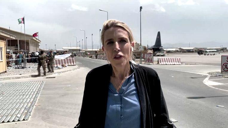 De penibele situatie van vrouwen, de helletocht om tot de luchthaven te raken: het is al lang geleden dat een reporter ter plaatse nog zoveel meerwaarde kon bieden. Beeld screenshot