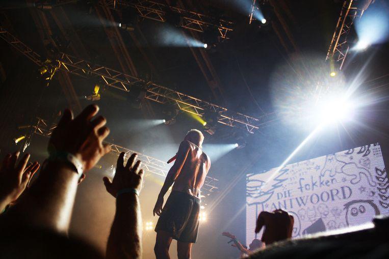 De Zuid-Afrikaanse band Die Antwoord treedt op voor een uitzinnig publiek. Beeld