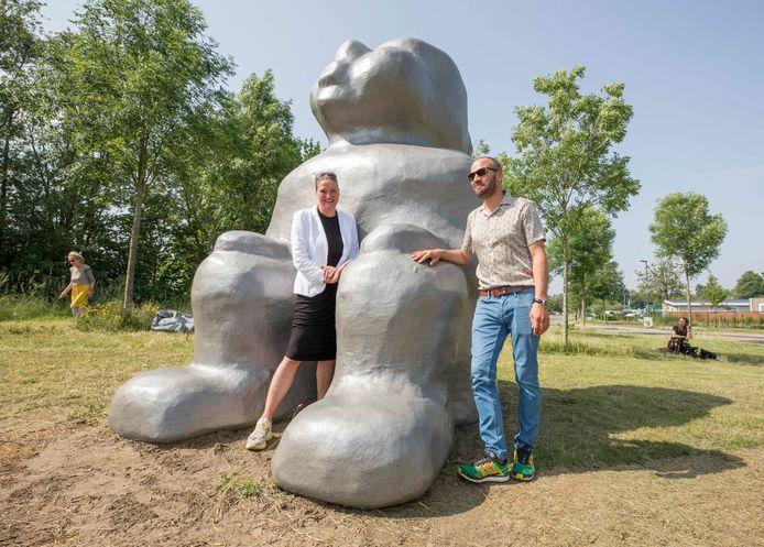 Kunstenaars Saske en Teun van der Eerden bij hun kunstwerk dat bij de ingang van Landschapspark Borsele staat