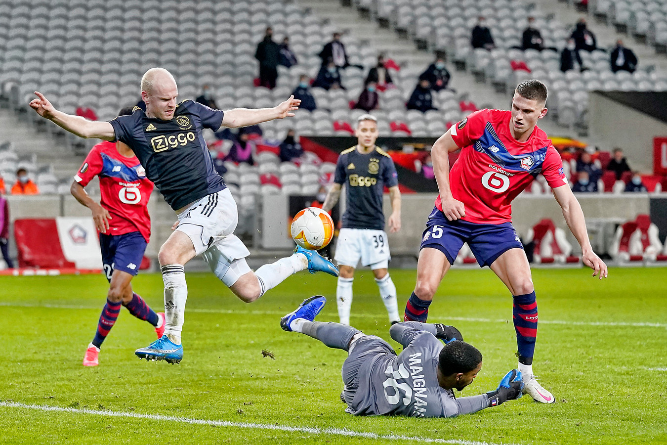 Davy Klaassen brengt Lille-doelman Mike Maignan en Sven Botman in het nauw.