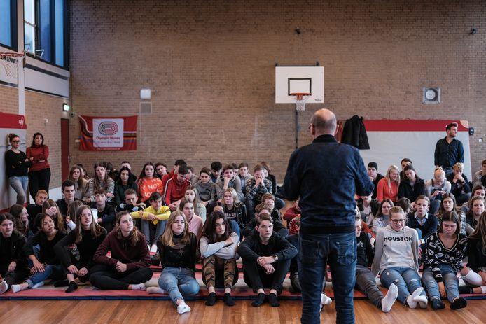Aftrap van de schrijfwedstrijd 75 jaar vrijheid met Wim Maatman de gymzaal met een indrukwekkend verhaal doodstil kreeg.