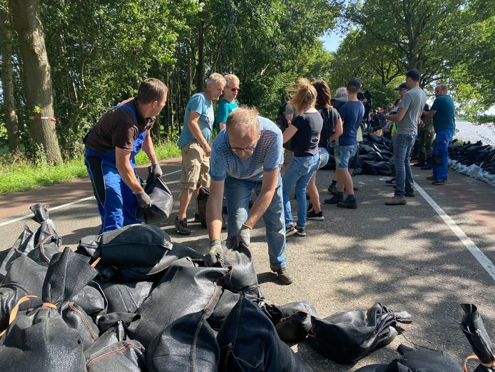 Residents of Arcen try to save what can be saved and put extra sandbags on a road over two kilometers.