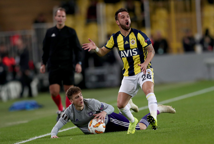 epa07150964 Fenerbahce's Mathieu Valbuena (R)  in action against Anderlecht's Alexis Saelemaekers (L) during the UEFA Europa League Group D soccer match between Fenerbahce SK and RSC Anderlecht at the Sukru Saracoglu Stadium in Istanbul, Turkey, 08 November 2018.  EPA/SEDAT SUNA