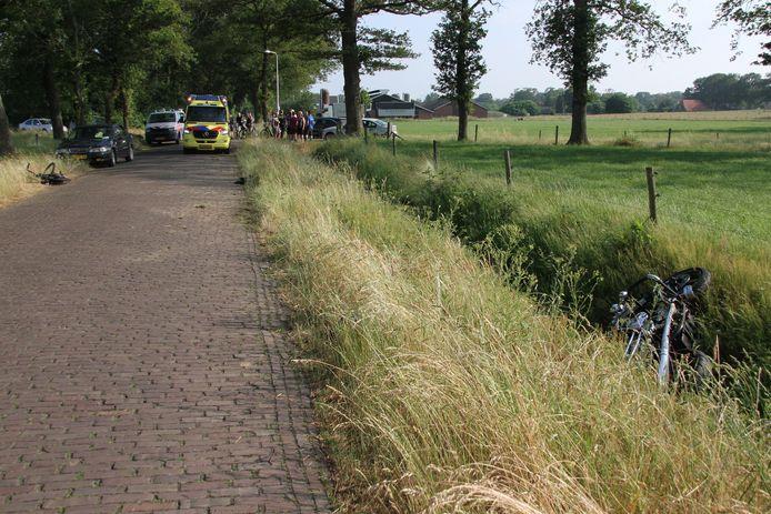 Op de kruising van de Stokkumerweg met de Kerkweg in Markelo kwamen een bromfietser en motorrijder met elkaar in botsing.
