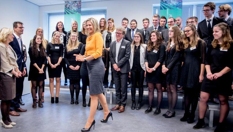 Koningin Maxima en minister Jet Bussemaker (OCW) tijdens een werkbezoek aan de pabo van de Thomas More Hogeschool in Rotterdam. Beeld anp