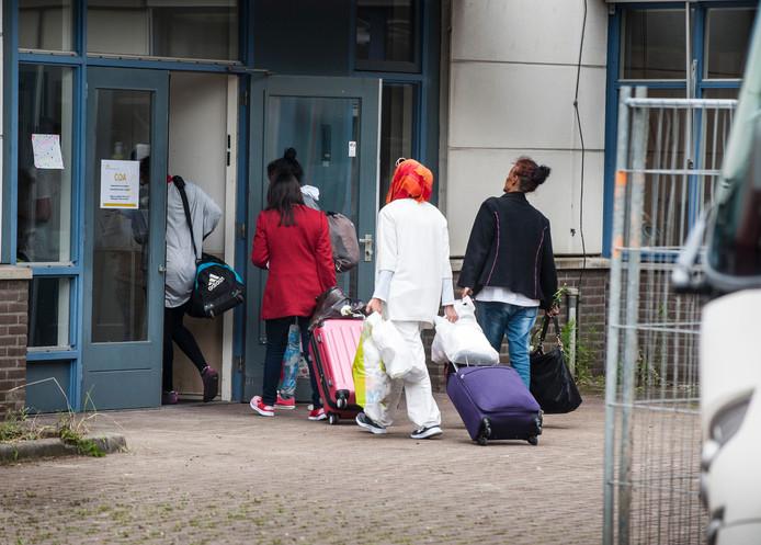 Vluchtelingen komen aan bij de noodopvang aan de Getfertsingel