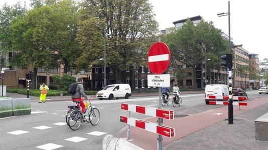 Op de kruising Vestdijk-Kanaalstraat in Eindhoven staat het eerste 'verboden in te rijden'-bord, met als ondertekst 'na 370 meter'. En dus rijdt iedereen nog door. Rechtdoorgaand verkeer wordt wel tegengehouden door verkeersregelaars.