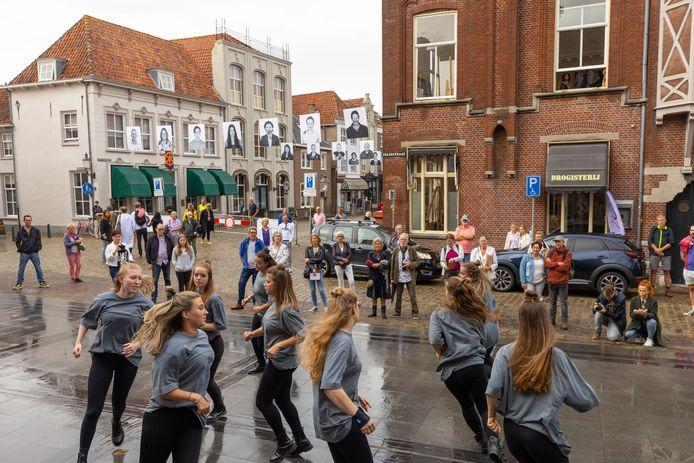 Ook muziek en dans zijn onderdeel van het Art Festival in Heusden. Op de foto de meiden van Het Pieck met hip-hop dans, op het pleintje voor het voormalige stadhuis.