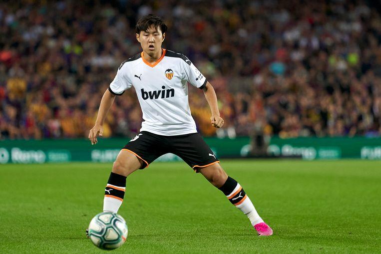 Lee Kang-in namens Valencia in actie tegen FC Barcelona.