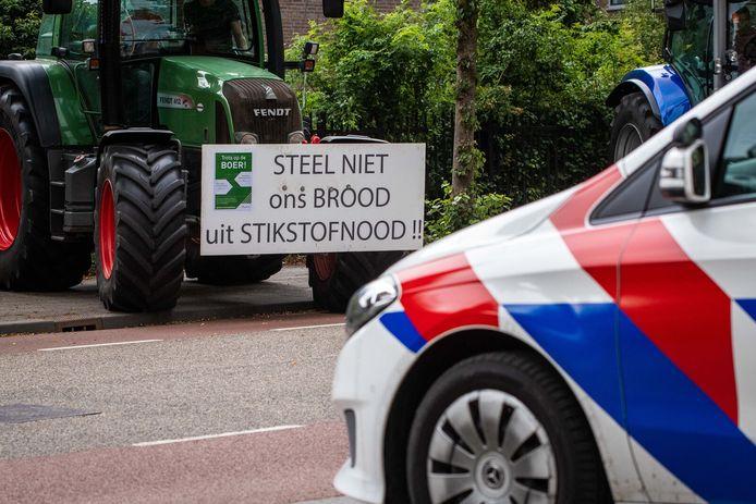 De politie houdt de actievoerende boeren nauwlettend in de gaten.