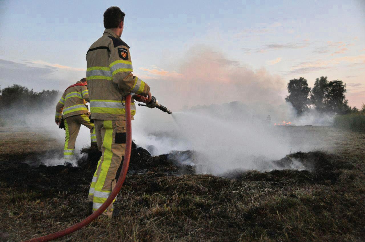 In Ossenzijl moest de brandweer vorig jaar een berg maaisel blussen, nadat de brandende bult een camping onder de rook zette.