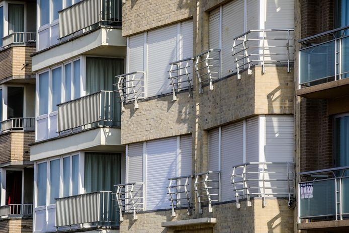 Veel rolluiken van appartementen langs de Zeedijk blijven dicht