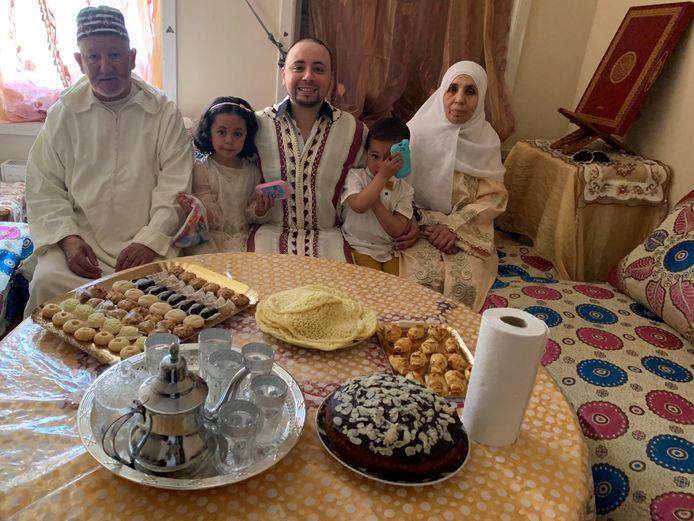 Drie generaties van de familie Elidrissi vierden het Suikerfeest in beperkte kring. Youssef, in het midden, is vrijwilliger bij de Grote Moskee.