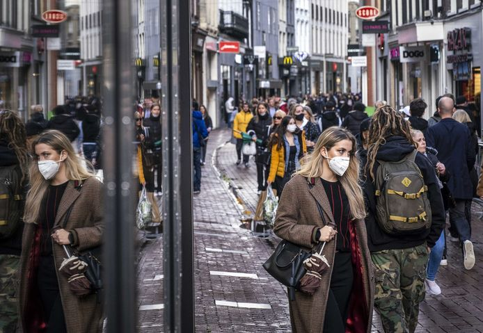 Winkelend publiek tijdens de koopzondag in het centrum van Amsterdam.