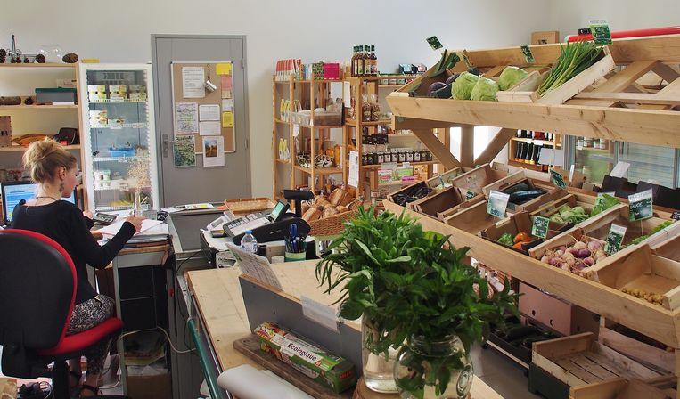 Sinds lange tijd heeft het dorpje weer een eigen winkel, met in de schappen biologische producten van lokale producenten.  Beeld Imco Lanting
