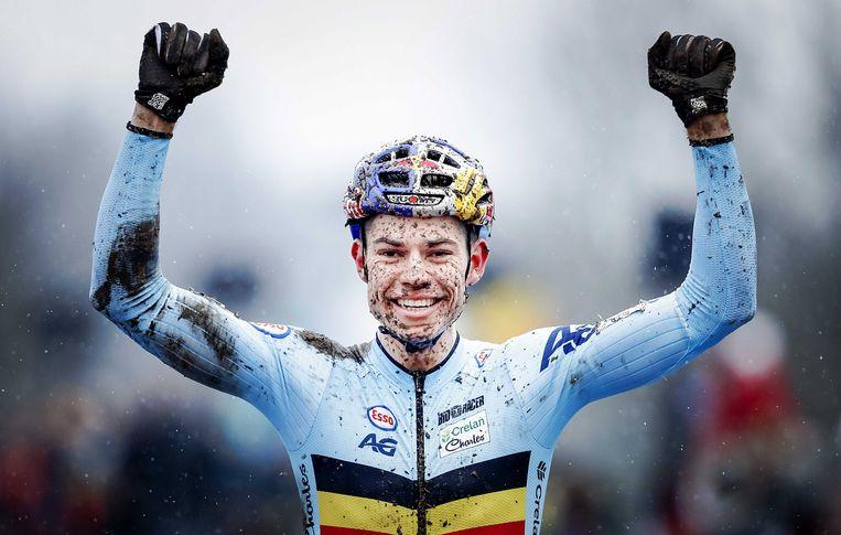 Wout Van Aert viert zijn overwinning op het wereldkampioenschap veldrijden gisteren. Beeld EPA