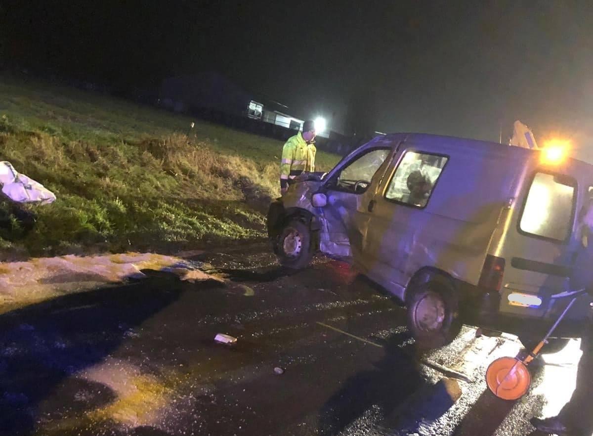De bestelwagen raakte door de klap zwaar beschadigd.