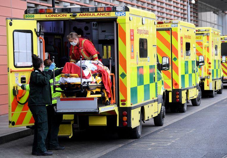 In Londen moeten de ambulances wachten: de ic-afdelingen liggen vol, hele families sterven aan corona | Trouw