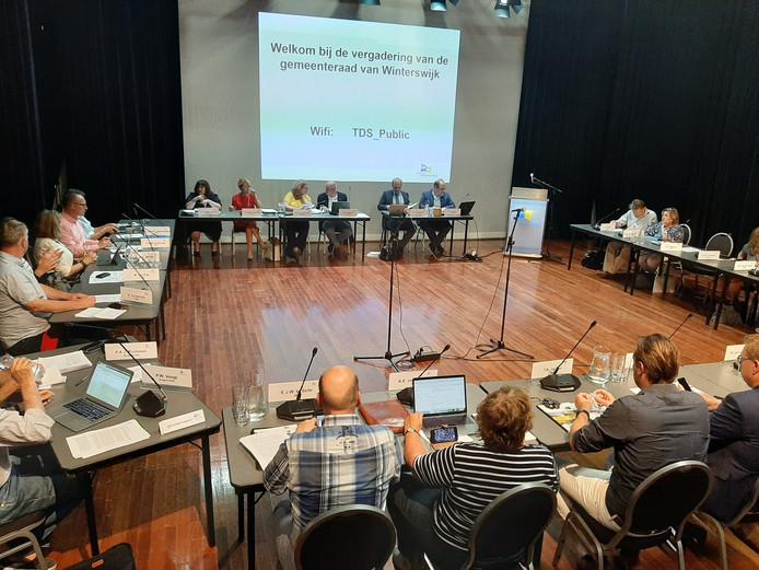 De gemeenteraad vergaderde dinsdagavond niet in het (te warme) raadhuis, maar in de kleine zaal van theater De Storm.