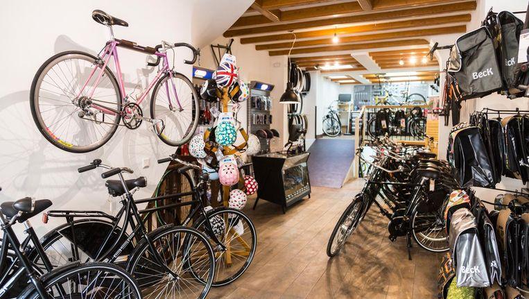Aan de muur hangen racefietsen waar - zelfs als je nooit op een racefiets hebt gezeten - je billen van jeuken Beeld Tammy van Nerum