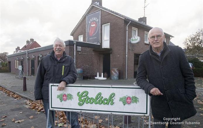 Klaas Dragt (links) en Hans Nieboer van de stichting Levend Vroomshoop, initiatiefnemers van het boek 'Nog iene dan'.